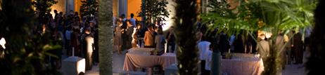 grupo de personas disfrutan de una recepción privada en los jardines del museo